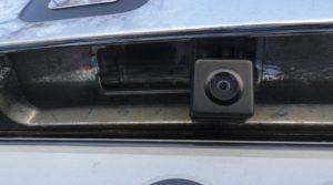 фотография уже установленной камеры заднего вида Дастер вместо подсветки номера
