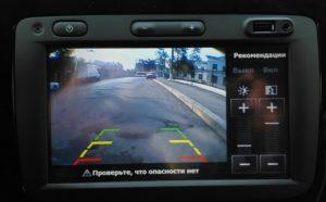 фото головного устройства с включенной камерой заднего вида
